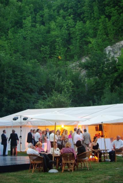 Szabadtéri rendezvényhelyszín, esküvői helyszín, rendezvénysátor.